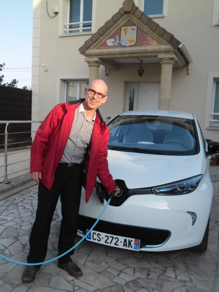 Renault ZOE in front of Bruno Comby's ecohouse in               Houilles